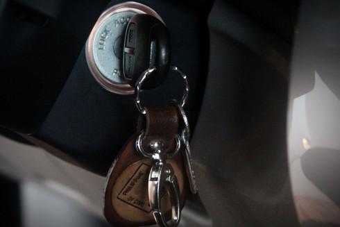 Anahtarı ve ruhsatı arabada bırakmayın