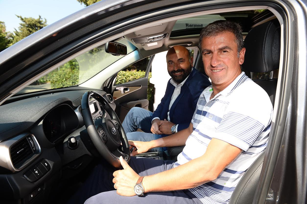 Hamza Hamzaoğlu Kia Sorento test sürüşü yaparken