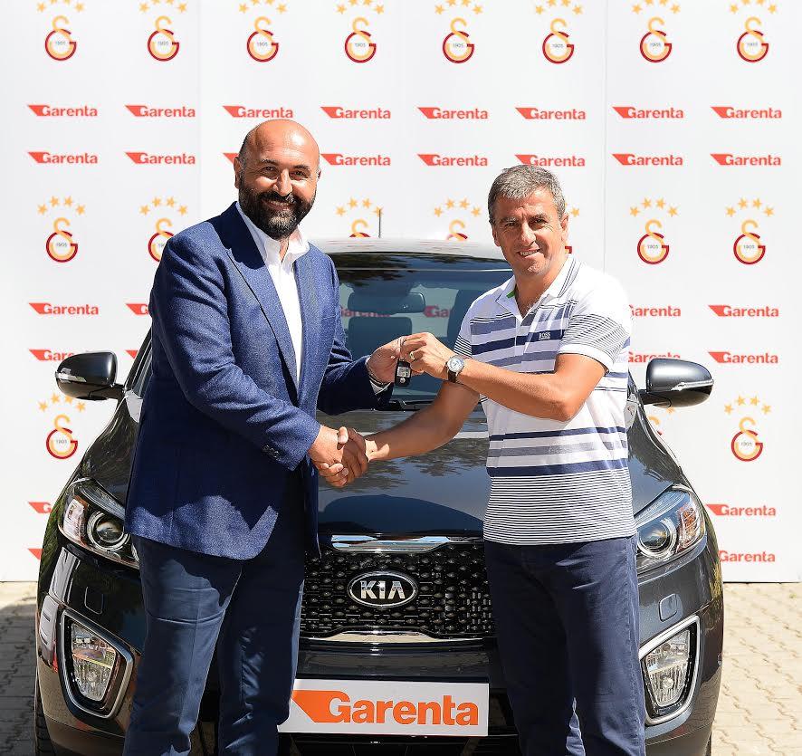 Garenta araç kiralama, Kia Sorento otomobili Hamza Hamzaoğlu'na Galatasaray sponsorluğunda teslim ederken